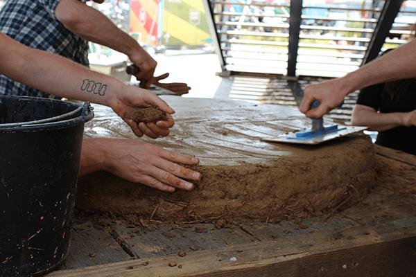 Het maken van de leemoven bodemplaat, 2e laag zonder stro